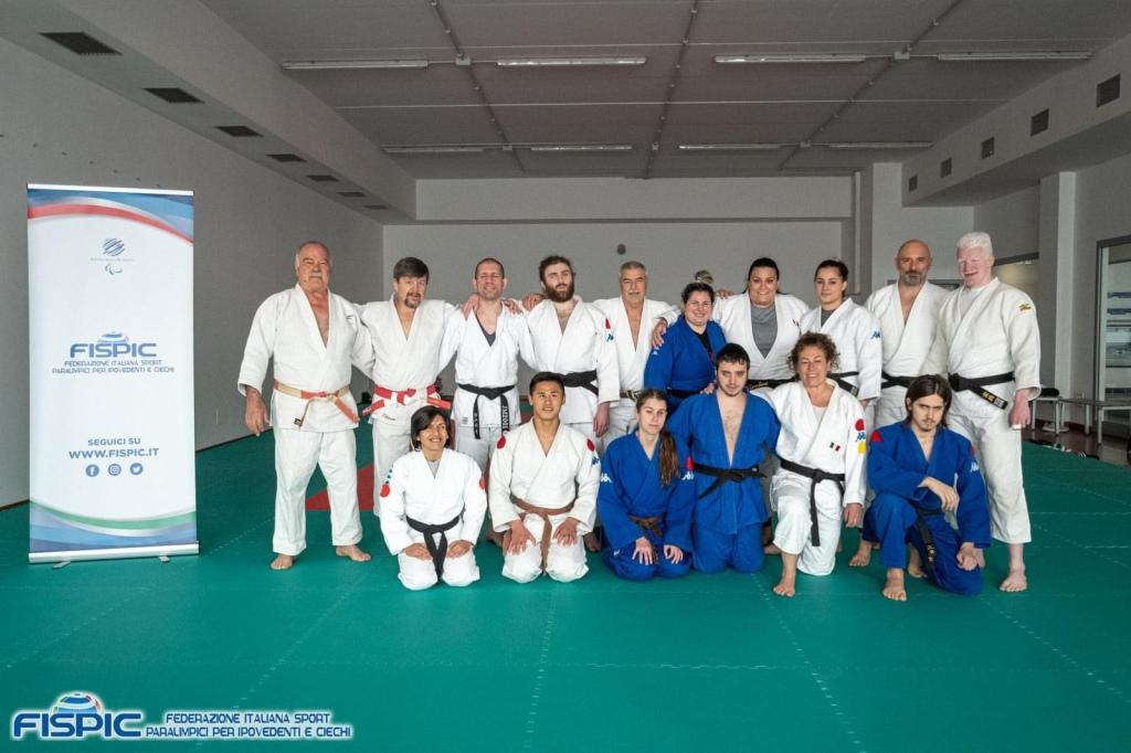 Foto di gruppo degli atleti della nazionale di judo fispic che posano in judogi sopra la materassina