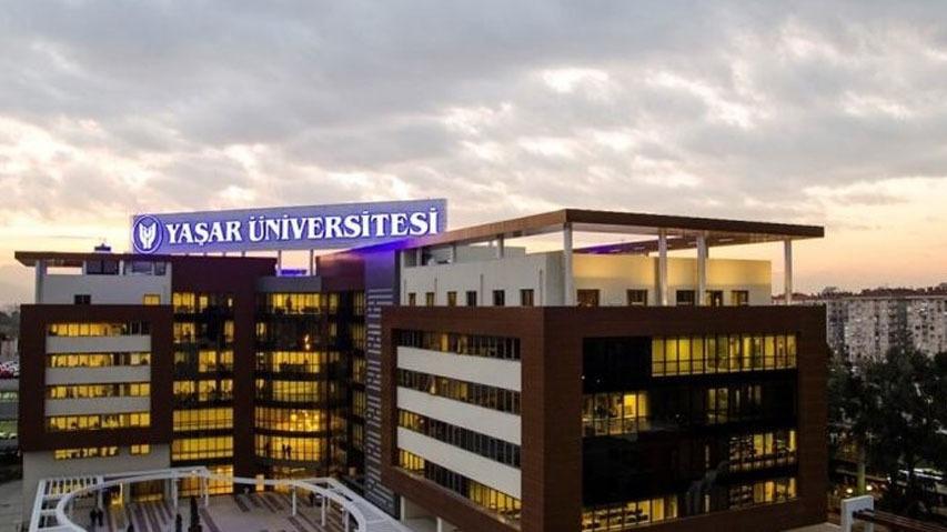 Foto della Yasar university scattata da un drone. Si vede molto bene la scritta yasar university al neon blu