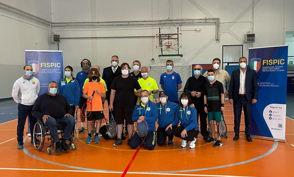 Foto di gruppo tra atleti di Blind tennis, tecnici, accompagnatori e anche il presidente Fispic