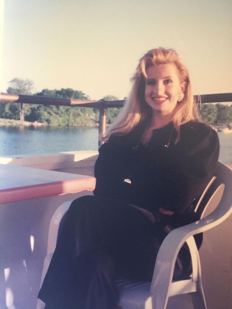 Foto di Paula seduta su una panchina lungo un emissario del Missisipi a New Born in North Carolina