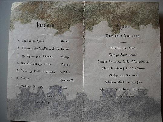 Foto del menu della cena al palazzo imperiale. Sulla sinistra le arie suonate durante la serata, sulla destra le portate
