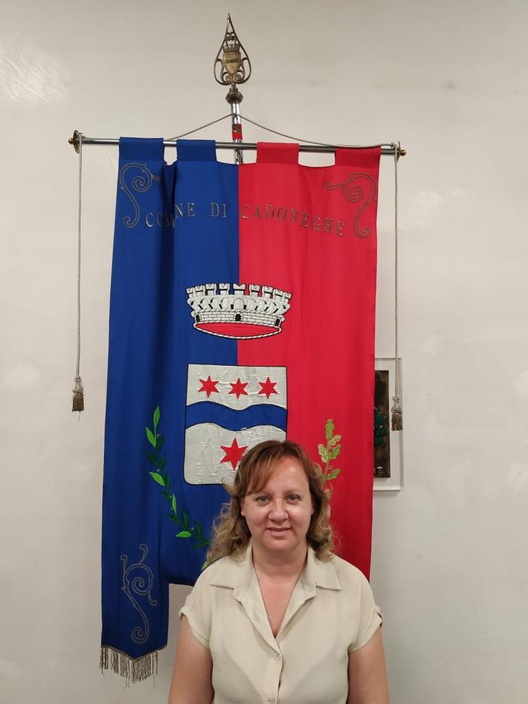 Foto dell'assessore Sara Ranzato in posa davanti al gonfalone di Cadoneghe