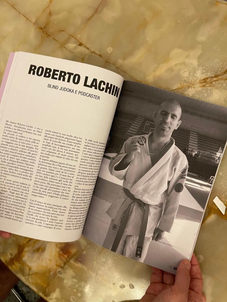 Foto della rivista aperta nelle pagine su Roberto