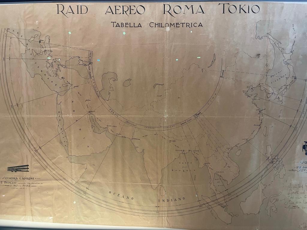 Foto di una mappa kilometrica del raid. Tokyo è scritta con la lettera i di imola