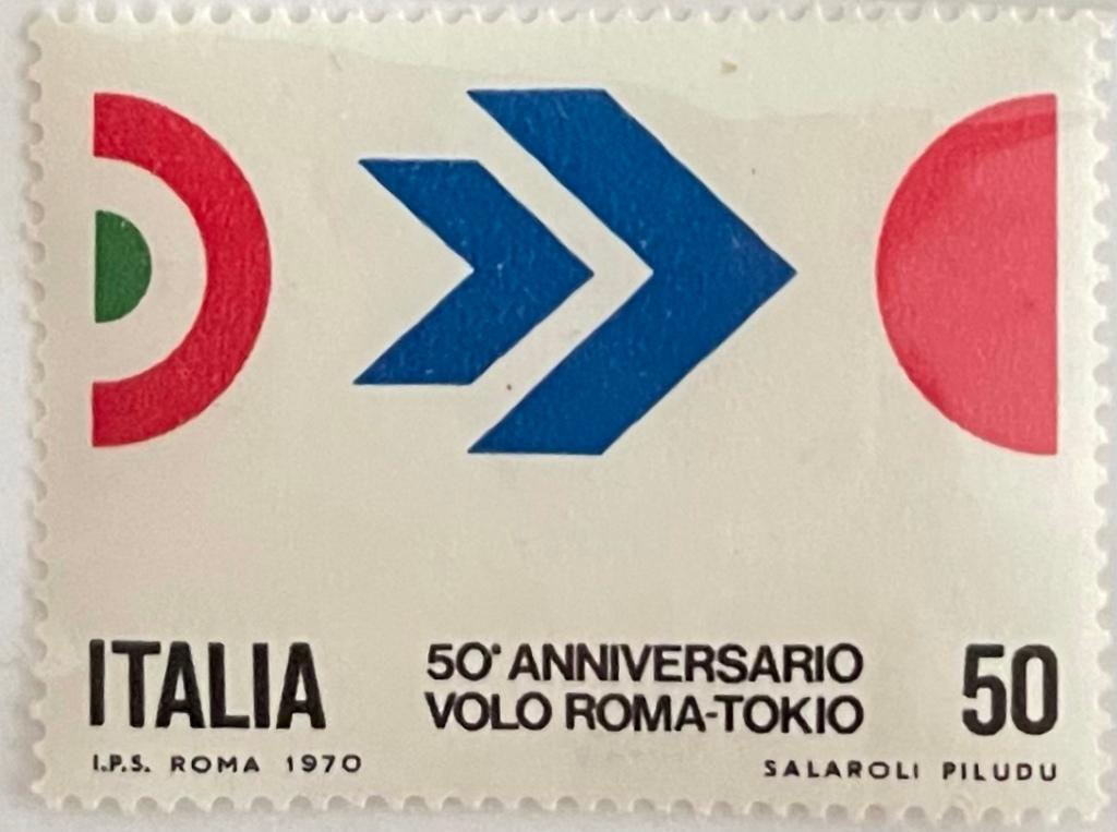 Francobollo del cinquantesimo anniversario con le 2 bandiere tonde italiana e giapponese. Stampato nel 1970.a