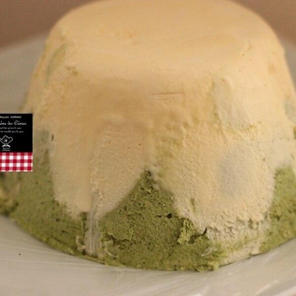 Su un piatto bianco cè il Fujiyama ice ha la forma del monte Fuji con la base verde maccia e la parte alta bianco neve