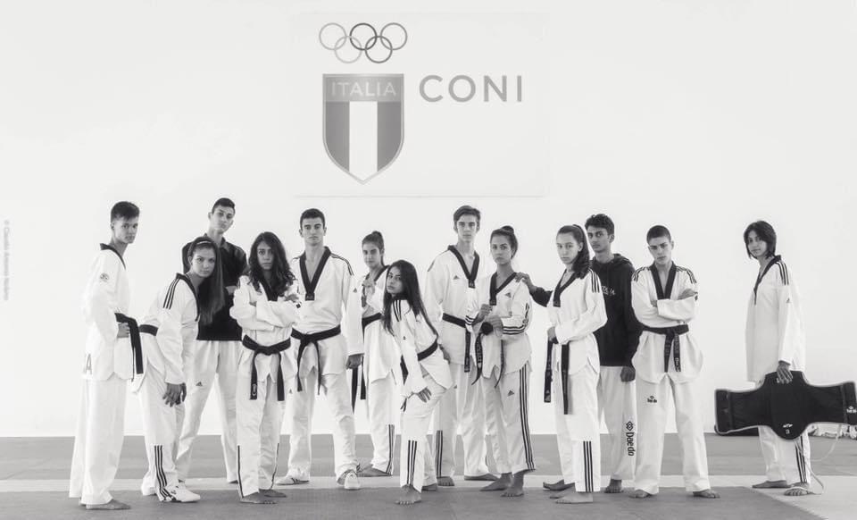 Foto bianco e nero di Michelle con il gruppo della nazionale. Tutti in divisa
