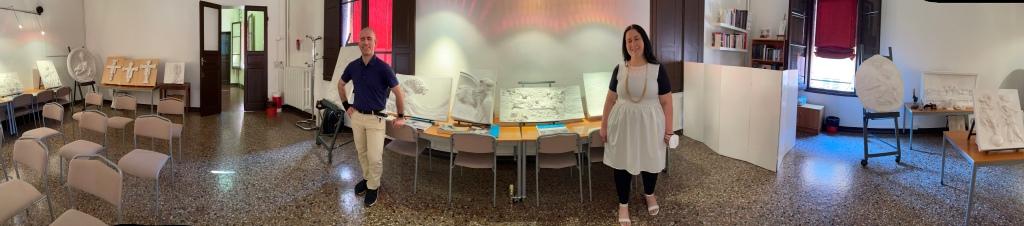 Foto a 180 gradi del Museo Anteros. Da sinistra a destra sono visibili 14 opere tattili. Roberto posa vicino alla Grande onda di hokusai mentre Debora si trova nei pressi di Amor sacro amor profano di Tiziano