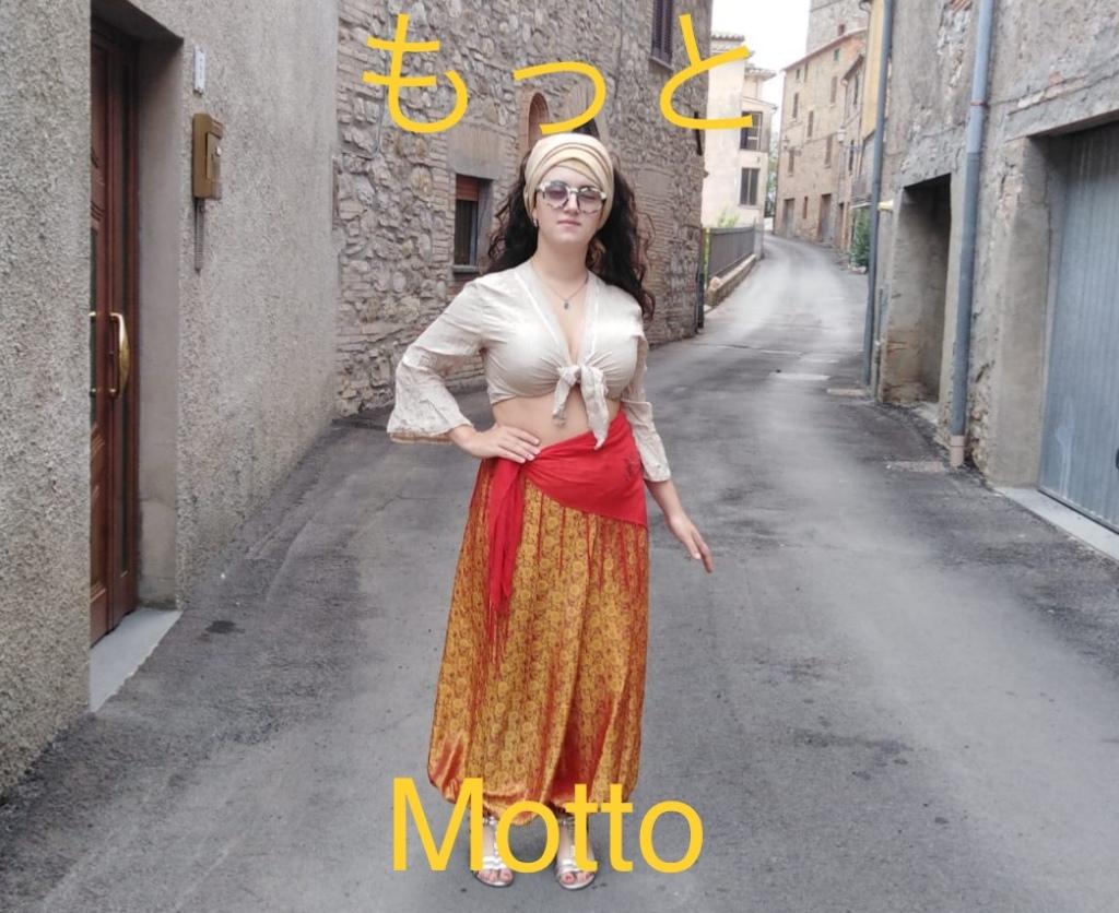 Clarissa con una camicetta corta color avorio e dei pantaloni rossi e oro